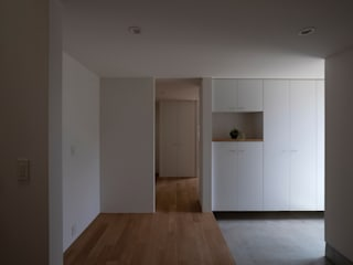 内田雄介設計室 Scandinavian style corridor, hallway& stairs Grey
