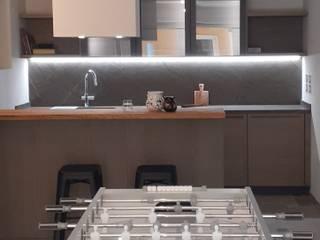 Un living per lo svago StudioA di Annalisa Mapelli Cucina moderna