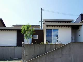 回遊の平家(in合志) 岩瀬隆広建築設計 モダンな 家 ブラウン