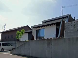岩瀬隆広建築設計 Casas estilo moderno: ideas, arquitectura e imágenes Marrón