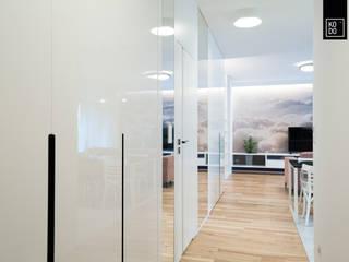 KODO projekty i realizacje wnętrz Couloir, entrée, escaliers modernes Blanc