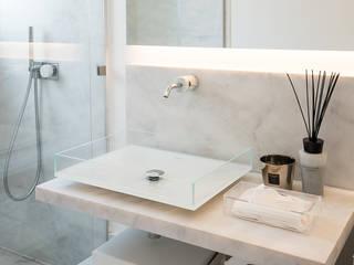 Atelier Renata Santos Machado Modern bathroom Marble White