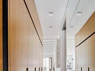 FG APARTMENT Kahane Architects Pasillos, vestíbulos y escaleras de estilo minimalista
