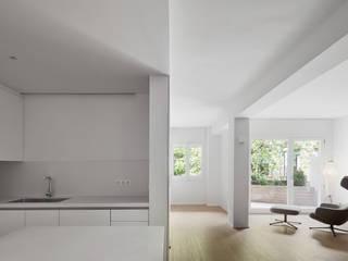 C APARTMENT Kahane Architects Salones de estilo minimalista