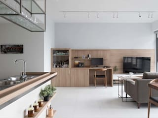 Modern dining room by Eightytwo Modern