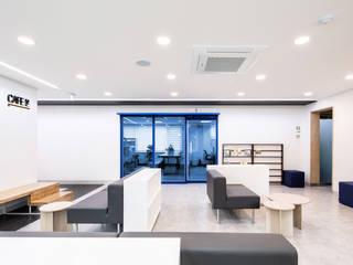 지오아키텍처 現代風玄關、走廊與階梯 木頭 Grey