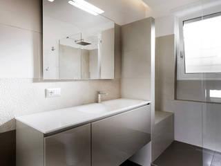 Blanche - Progettazione e ristrutturazione appartamento Roma EUR Bagno minimalista di Gruppo Castaldi | Roma Minimalista