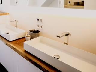 Moderner Wohntraum mit Holzakzenten in rustikaler Eiche Blickfang - Elemente BadezimmerWaschbecken Holz Braun
