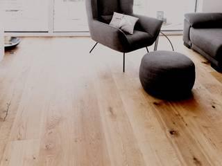 Moderner Wohntraum mit Holzakzenten in rustikaler Eiche Blickfang - Elemente WohnzimmerSchränke und Sideboards Holz Braun
