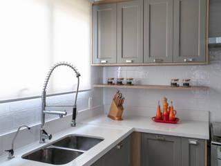 DCC by Next arquitetura Cocinas de estilo mediterráneo Gris