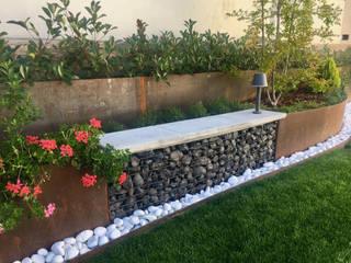 Jardin Unifamiliar con desniveles. GreenerLand. Arquitectura Paisajista y Tematización JardínMobiliario Hierro/Acero Negro