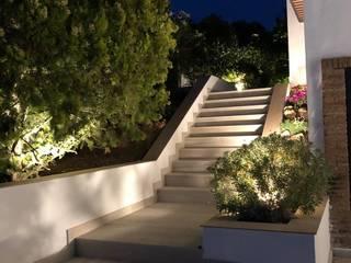 Jardín de vivienda particular Techluz Iluminación Escaleras