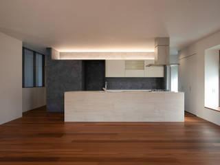 大和郡山の家|大きなLDKと回廊のある戸建てリノベーション 山本嘉寛建築設計事務所 YYAA モダンデザインの リビング 木 ブラウン