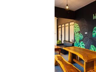 Lokatara Kahwa Cafe MR Arsitek Balkon, Beranda & Teras Gaya Industrial