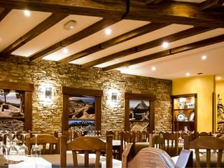 Restaurante. Renovación & Reforma de Local. Palas de Rey (Lugo) Quorum, Arquitectura de Interiores & Comunicación Comedores de estilo rústico Piedra Marrón