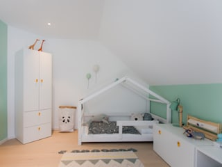 BPLUSARCHITEKTUR Modern nursery/kids room