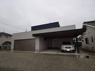 ホームシアターによるサウンドがリビングの吹抜に心地よく響き渡る住宅 株式会社 大岡成光建築事務所 モダンな 家