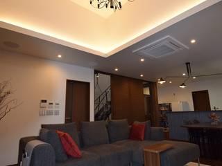 ホームシアターによるサウンドがリビングの吹抜に心地よく響き渡る住宅 株式会社 大岡成光建築事務所 モダンデザインの リビング