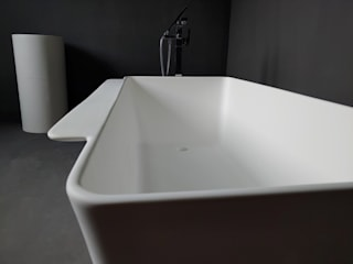 SURFACED 창조 Baños de estilo moderno Piedra Blanco