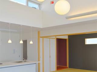 浮かぶBOX7 久友設計株式会社 オリジナルデザインの リビング コンクリート 白色