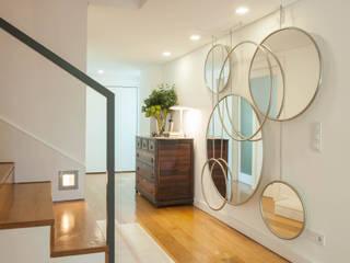 Atelier Renata Santos Machado Modern corridor, hallway & stairs
