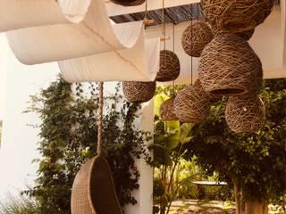 Jacuzzi de cedro para una espectacular casa en Ibiza CASÁRBOL Jardines de estilo rústico