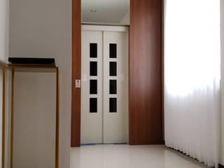 The Zora BSD City PT VISIO GEMILANG ABADI Corridor, hallway & stairsAccessories & decoration Kaca Wood effect