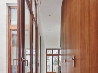 CDM APARTMENT BUIDLING Kahane Architects Pasillos, vestíbulos y escaleras de estilo minimalista