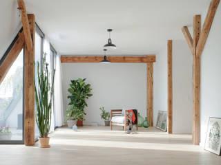 Schönerberg Attika Atelier Blank Soggiorno minimalista