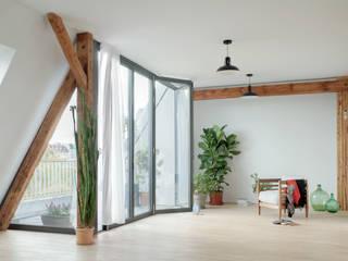 Schönerberg Attika Atelier Blank Balcone, Veranda & Terrazza in stile minimalista