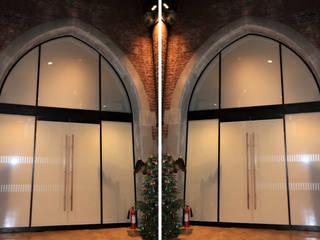 Oversized glass screens Ion Glass Museos de estilo minimalista Vidrio