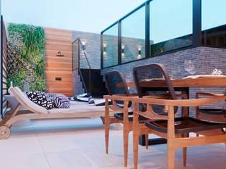 Giovanna Romero Arquitetura e Interiores Balkon, Beranda & Teras Gaya Rustic Kayu Black