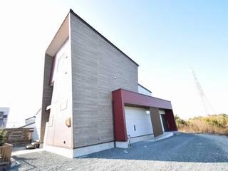 ダークグレーの木目とコンクリート打ちっ放し調のインテリアが調和するスキップフロアの高級住宅 株式会社 大岡成光建築事務所 モダンな 家