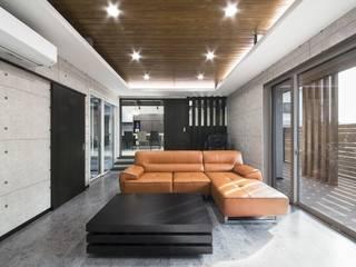 ダークグレーの木目とコンクリート打ちっ放し調のインテリアが調和するスキップフロアの高級住宅 株式会社 大岡成光建築事務所 モダンデザインの リビング