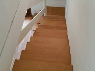 Falegnameria D'Urbano di Lorenzo D'Urbano Corridor, hallway & stairsStairs