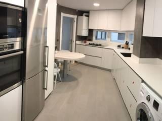 Gomez-Ferrer arquitectos Modern style kitchen