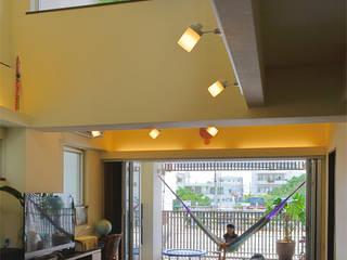 密集地に建つ明るい家 久友設計株式会社 オリジナルデザインの リビング コンクリート ブラウン