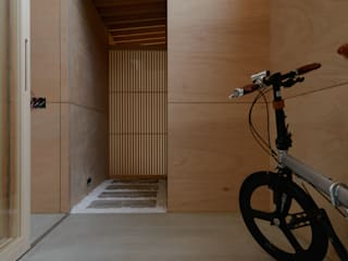 風景のある家.LLC Asian style corridor, hallway & stairs Wood Black