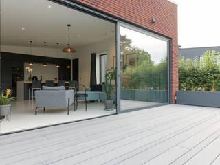 Einfamilienhaus in Waregem - Terrassendielen Cedral Deutschland Moderner Balkon, Veranda & Terrasse Grau
