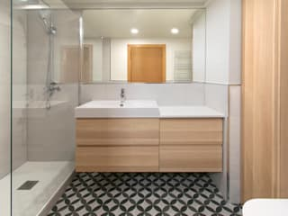 MANUEL TORRES DESIGN Modern bathroom Tiles White