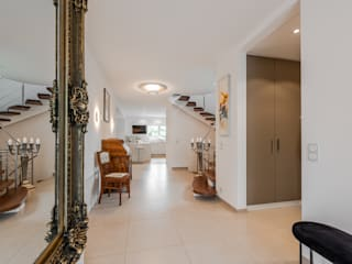 raum in form - Innenarchitektur & Architektur Ingresso, Corridoio & Scale in stile moderno