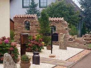 Antik-Stein Front yard