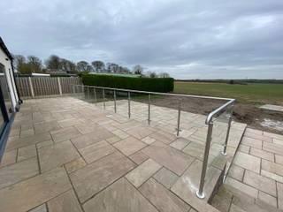 Glass Balustrade and handrail for a customer in Chester Origin Architectural Jardines en la fachada Vidrio Transparente