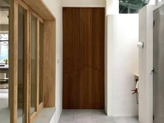 王采元工作室 Ingresso, Corridoio & Scale in stile minimalista Legno Effetto legno
