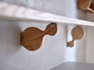 王采元工作室 Soggiorno minimalista Legno massello Effetto legno