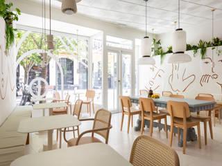 Agrado Café: Un café para todos en pleno Rastro de Madrid Interiorismo y decoración en Madrid / Kando Estudio Gastronomía de estilo moderno