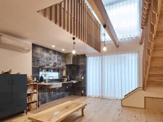 宇多野の小さな家 ATS造家設計事務所 ミニマルデザインの リビング 無垢材 白色