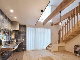 宇多野の小さな家 ATS造家設計事務所 ミニマルデザインの リビング 木 木目調