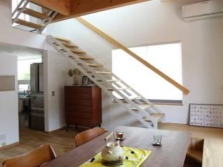 """""""L"""" House(奈良・生駒市の長期優良・二世帯住宅) ATS造家設計事務所 オリジナルデザインの リビング 無垢材 白色"""