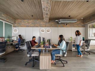 DESIGNER'S CIRCLE Ruang Studi/Kantor Modern Kayu Grey
